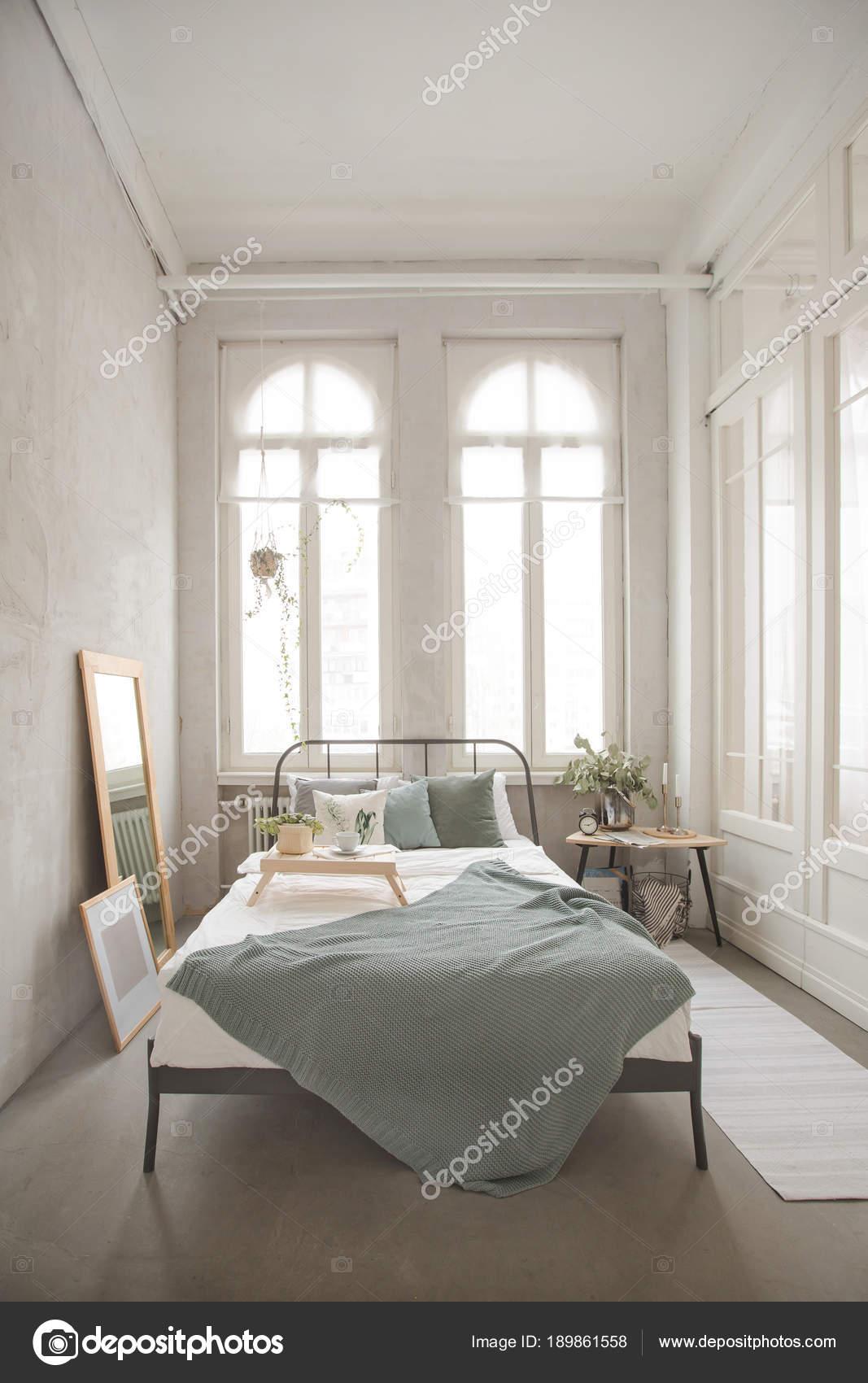 Intérieur de la chambre à coucher confortable blanc et gris ...