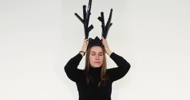 Žena dát papírovou korunu na hlavu