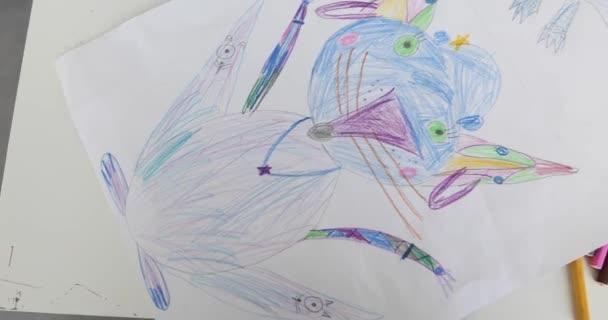 Niños dibujar en hoja blanca de papel, closeup — Vídeo de stock ...
