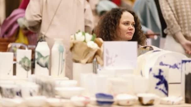 Prodej ručně vyráběné keramiky trh čítač dívka
