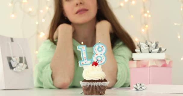 o bautiful Kavkazská dívka foukání 18 svíček na dortu