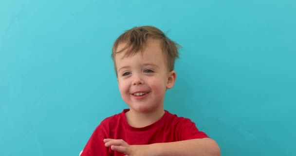 Roztomilé malé dítě vypráví příběh na kameře