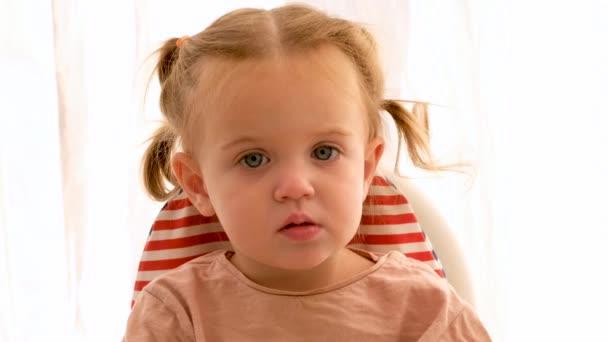 legrační malá holčička při pohledu na fotoaparát