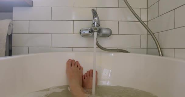Voda tekoucí z kohoutku do vany
