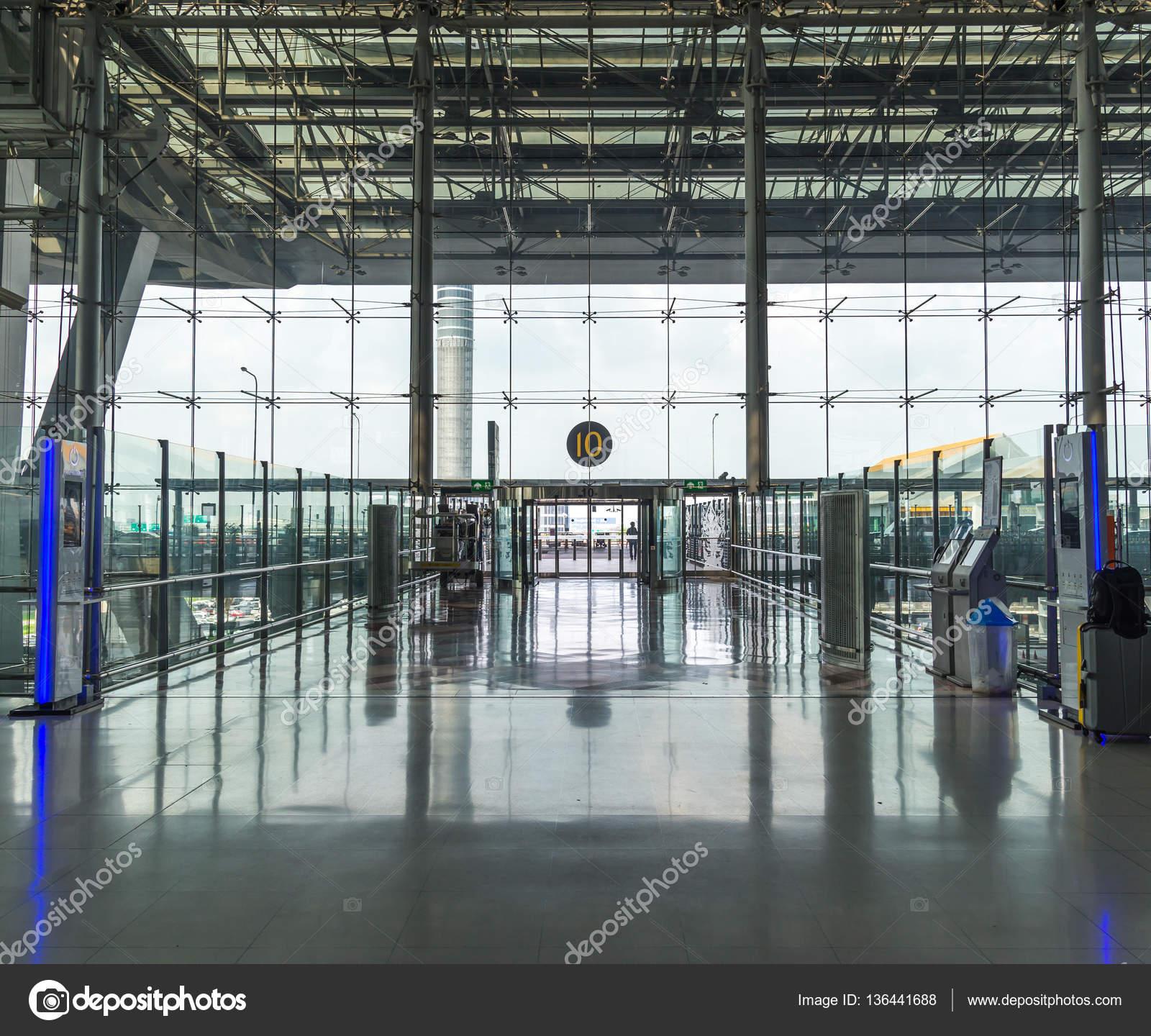 Good Modernen Flughafen Innen Glas Wand Gang Fenster  Und Türrahmen U2014 Stockfoto