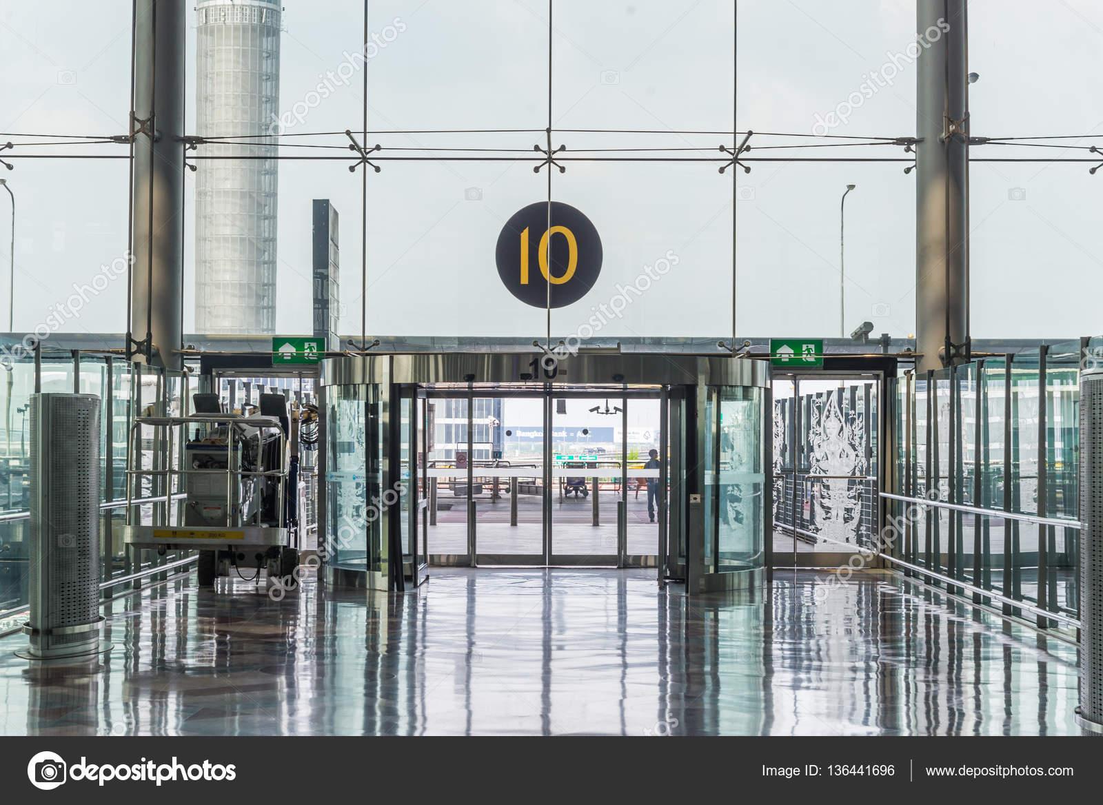 Modernen Flughafen Innen Glas Wand Gang Fenster  Und Türrahmen U2014 Stockfoto