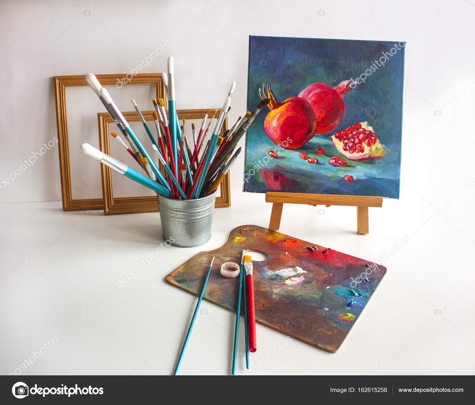 Naturaleza muerta con pinceles, Marcos, pintura y caballete — Foto ...