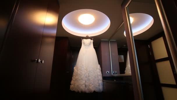 Blanco vestido de novia en el cuarto oscuro — Vídeos de Stock ...