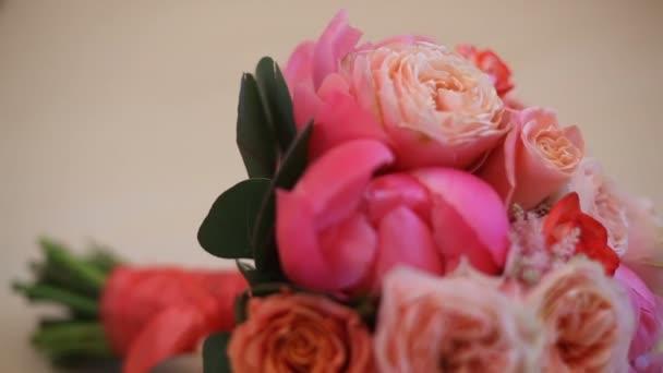 Csokor rózsaszín és piros virág, piros szalaggal