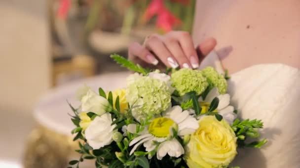 Ruce drží kytici