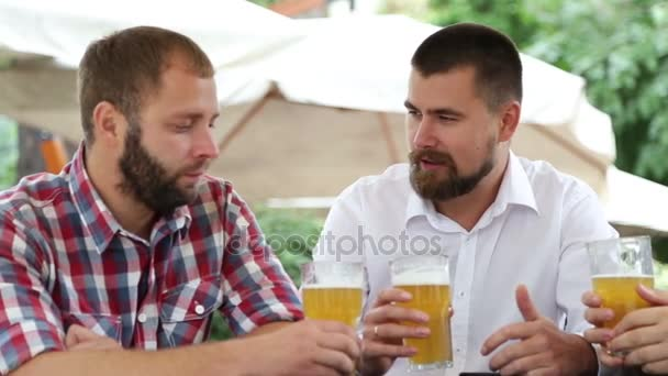 Három férfi szakáll kávézójában sör ül, és így a fénykép