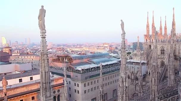 Milano di sera, Italia, vista sulla città dalla terrazza del Duomo ...