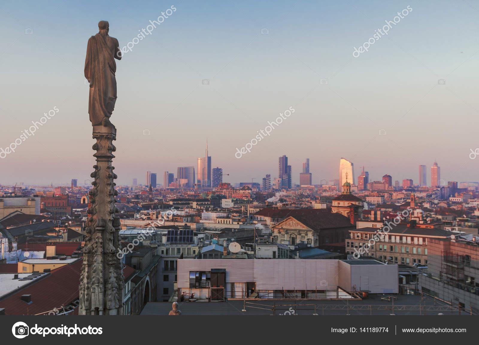 Sera Milano, vista sulla città dalla terrazza del Duomo — Foto Stock ...