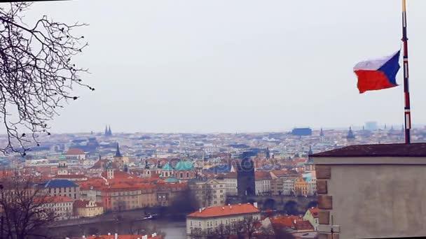 Česká vlajka je zvážit oproti pozadí pražské krajiny