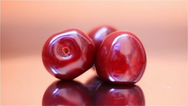 Friss cseresznye bogyók, forgatás, tükör állvány