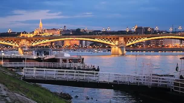 Budapest, Magyarország - 2017. július: Este táj, a Duna-part, Budapest, Magyarország