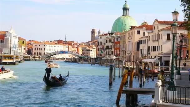Benátky, Itálie - září 2017: Čluny, vapartretto a gandols se plaví podél Canal Grande v Benátkách