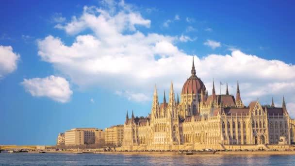 Gyönyörű kilátás nyílik a Parlament, a Dunán, Budapesten
