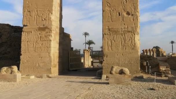 Zříceniny krásného chrámu Dendera nebo chrámu Hathor. Egypt, Dendera, starověký egyptský chrám v blízkosti města Ken