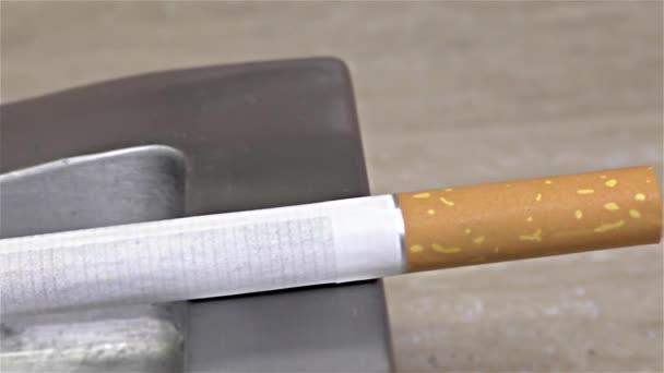 Zigarettenverbrennung auf Aschenbecher - Nahaufnahme, Detail, Makro