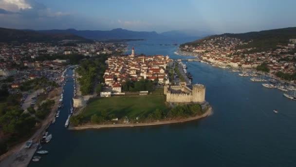 Letecké video z Trogiru, Chorvatsko. Malé turistické město v Chorvatsku.