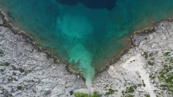 Luftbild der schönen Küste, adriatischen Meer, Meereswellen treffen das Ufer. Vogelperspektive. Konzept für Meer und Ozean.