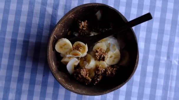 Jogurt s granolou a burákovým máslem, zdravá vegetariánská svačinka