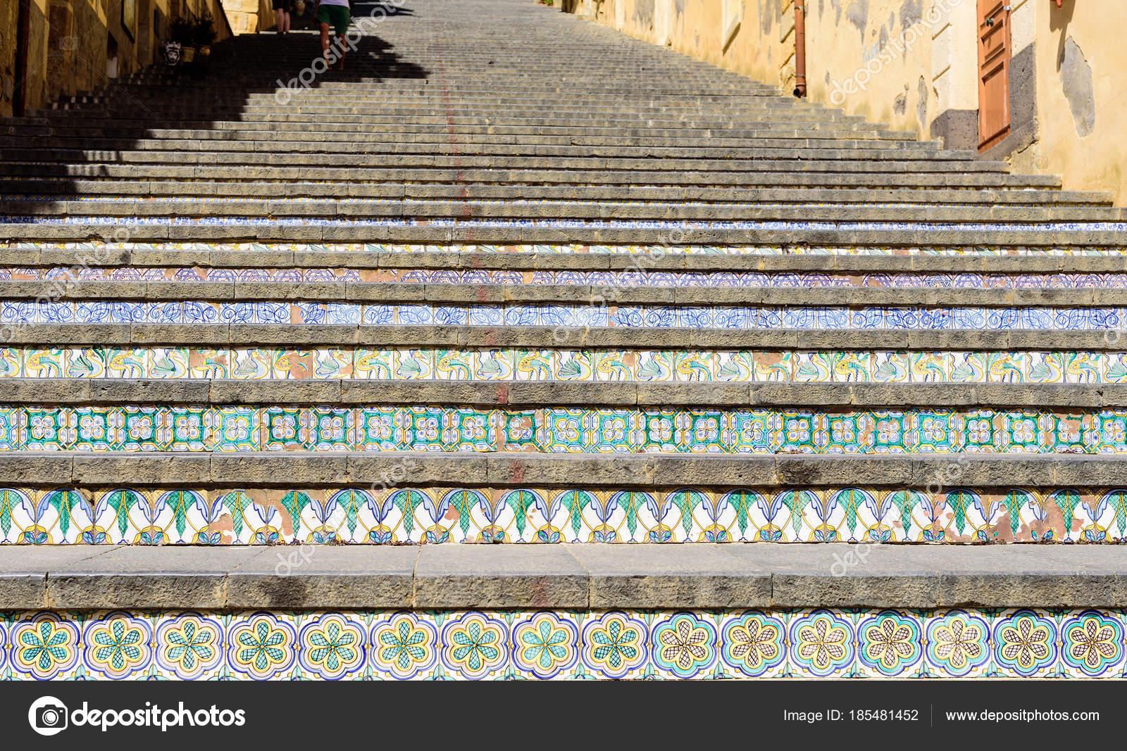 Famosa scalinata con piastrelle di ceramica dipinte a caltagirone