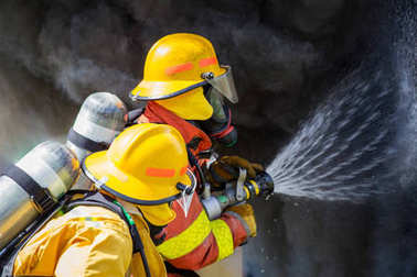 İki itfaiye sprey yüksek basınçlı başlığı tarafından sur yangın su.