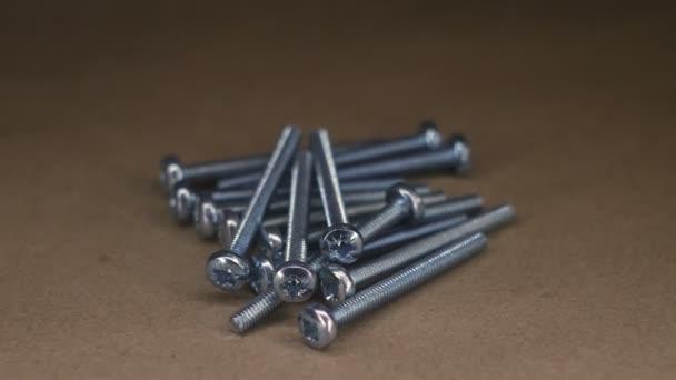 Kovové šrouby a šrouby na kraftový papír rotační stůl