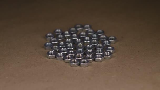Kovové matice na kraftový papír rotační stůl