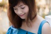 Közelkép a fiatal szép ázsiai nő a kertben.