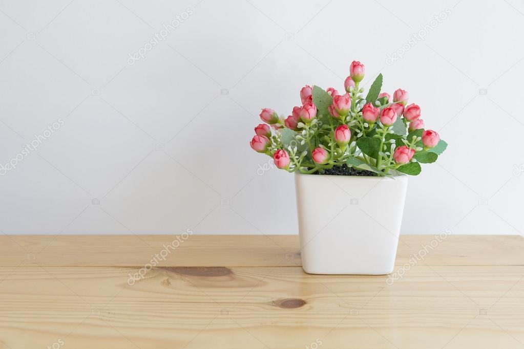 La Fleur Artificielle Dans Le Pot Blanc Sur La Table En Bois Avec