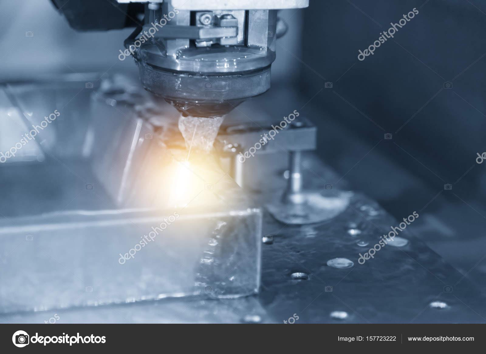 Nahaufnahme von Draht - Edm Cnc Maschine — Stockfoto © phuchit.a ...