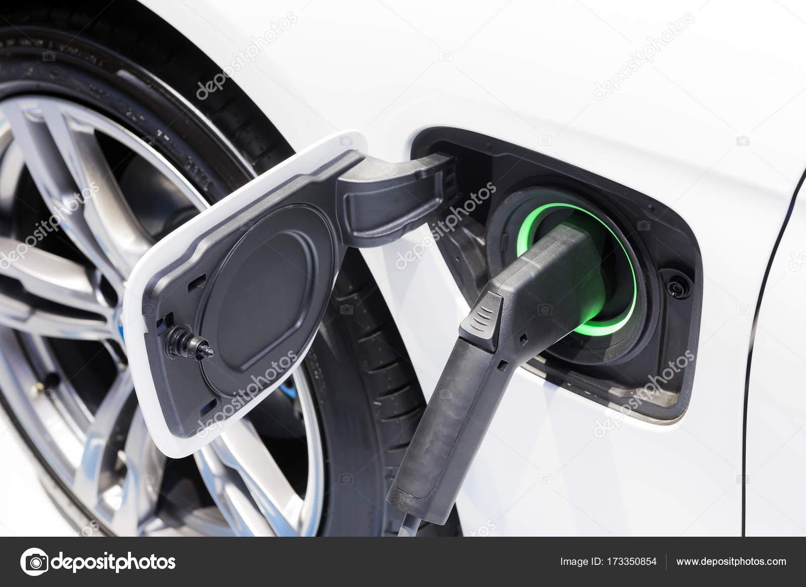 De Elektrische Auto Oplader Aangesloten Op De Aansluiting
