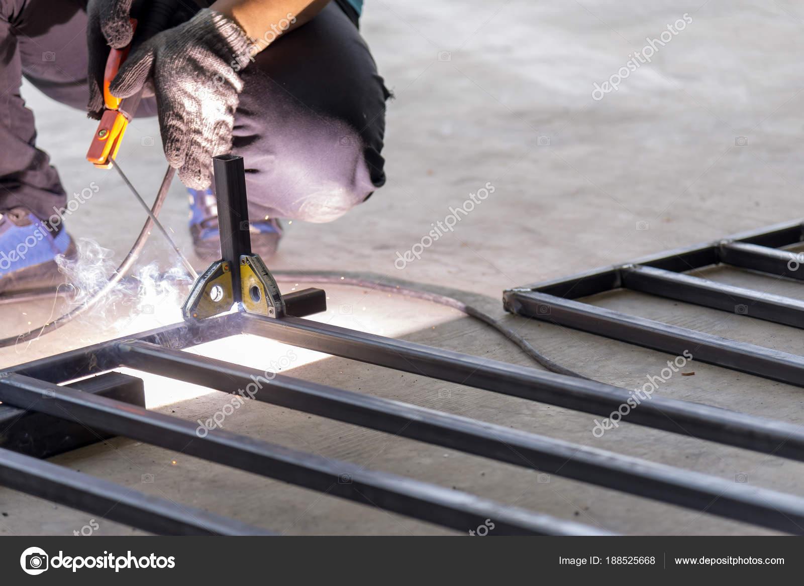El operador de soldadura soldadura el tubo para hacer el marco de la ...