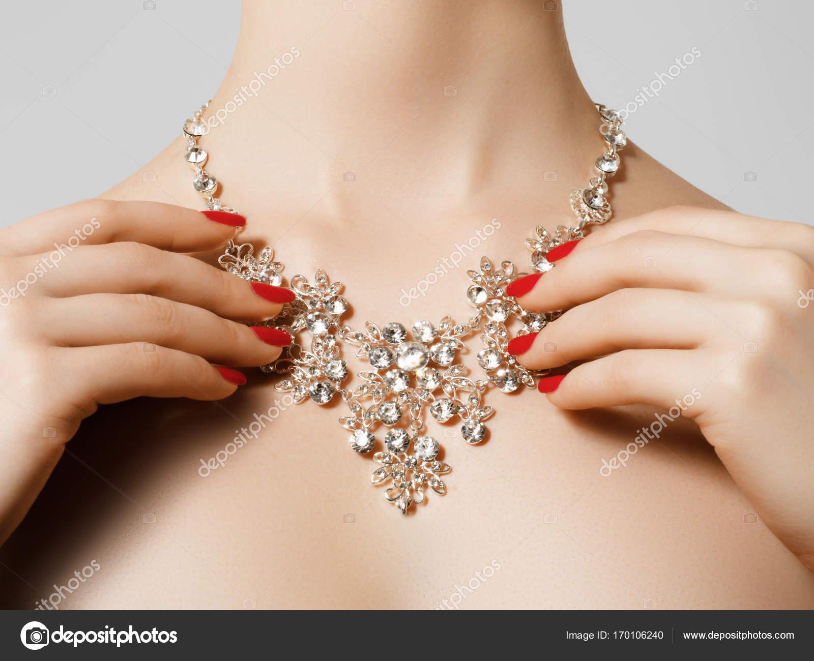 Elegante modische Frau mit Schmuck. Schöne Frau mit Diamant ...