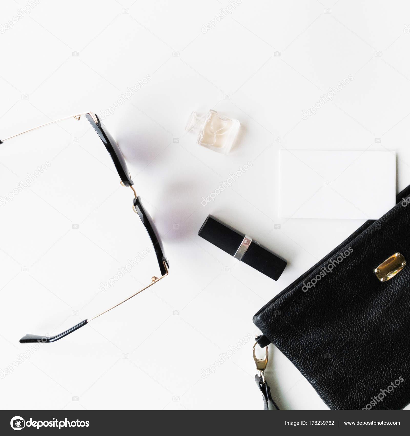 96746c53ffb0a Вид сверху Аксессуары для женщины. Стильные очки. Модные женские аксессуары  очки смотреть помады духи и черный мешок. Накладные расходы essentials для  любой ...