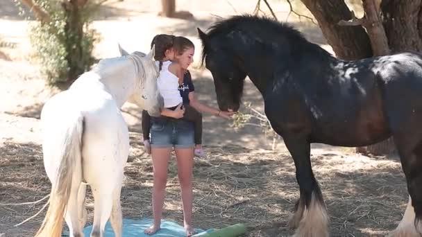 Sestry, obklopen koně