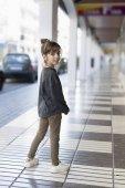 Fotografie 10rok stará dívka, která představuje pro některé fotky na ulici ve městě Altea, v provincii Alicante, Španělsko