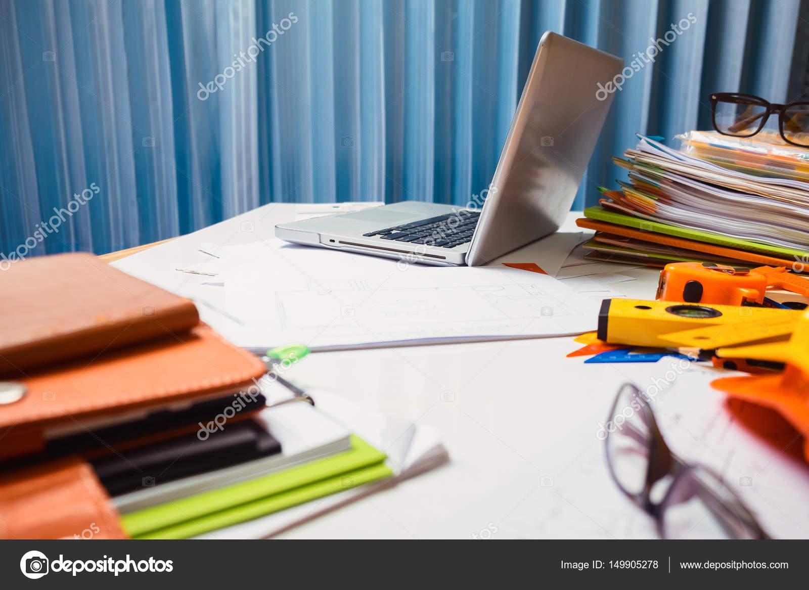 Entrepreneur en génie biens travail tablette bureau bois ho
