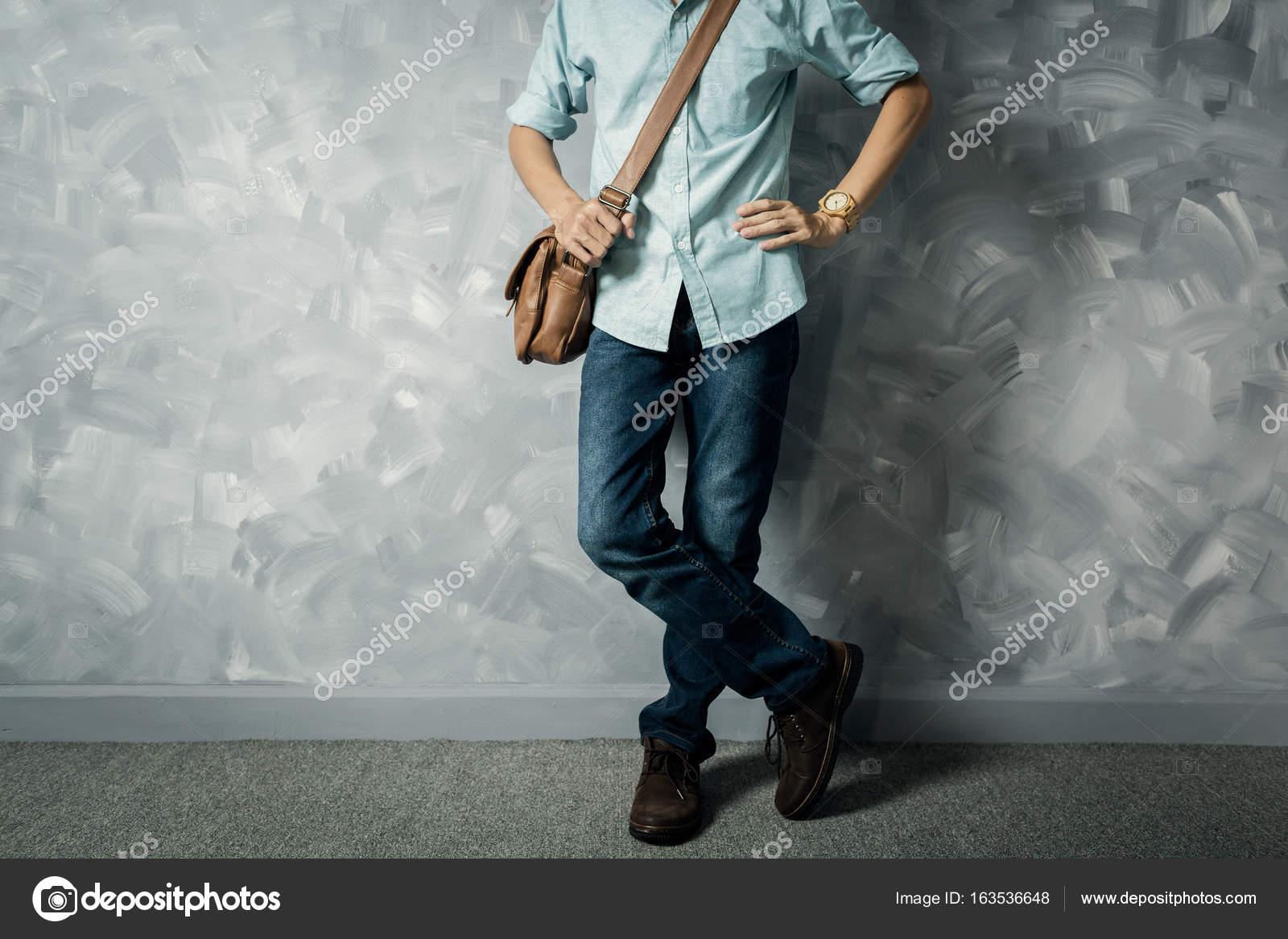Fantastisch Vintage Herren Kleidung Retro Stil Mit Niedrigen Zentrale Beleuchtung über  Loft Betonwand Hintergrund U2014 Foto Von Panubestphoto