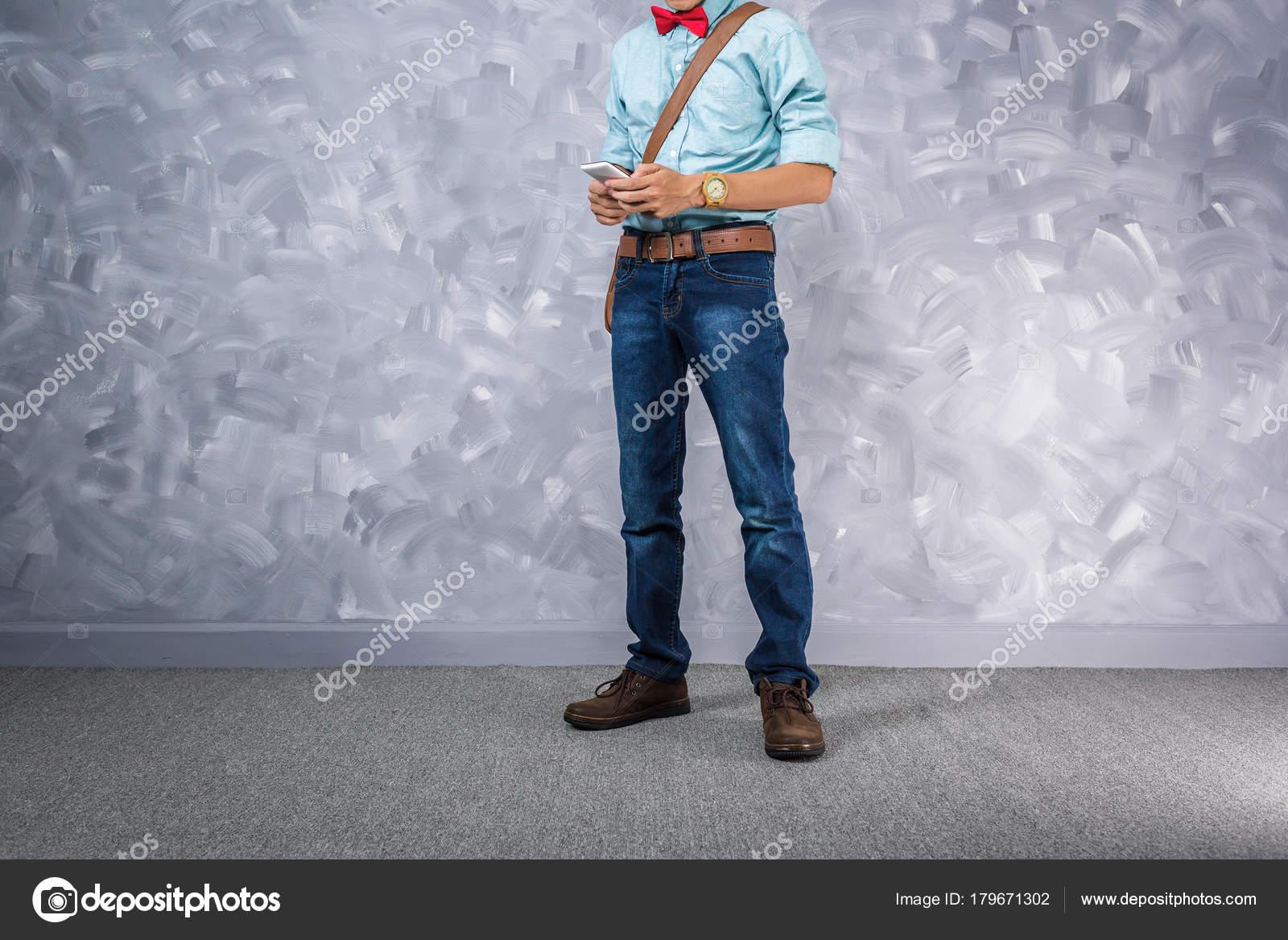 Vintage Herren Kleidung Retro Stil Mit Niedrigen Zentrale Beleuchtung über  Loft Betonwand Hintergrund U2014 Foto Von Panubestphoto