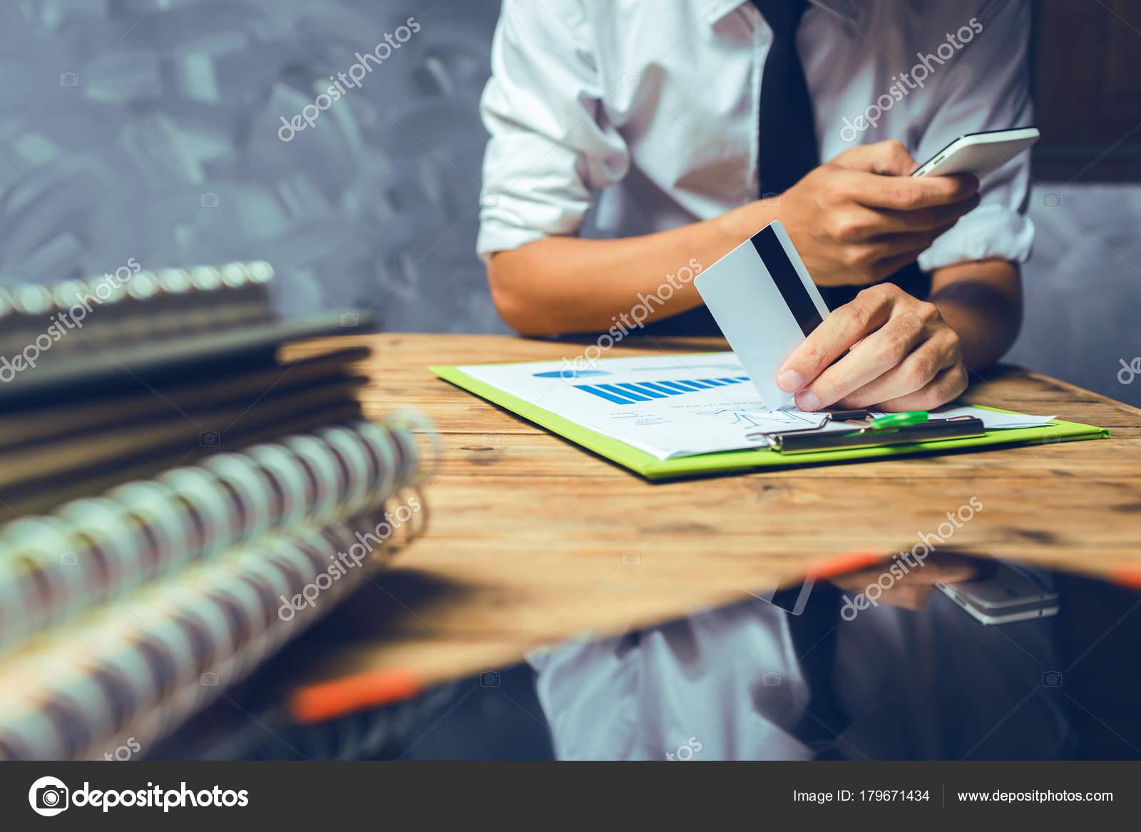 Scrivania Ufficio Avvocato : Uomo affari giovane avvocato lavorando hard top aiuto suo cliente
