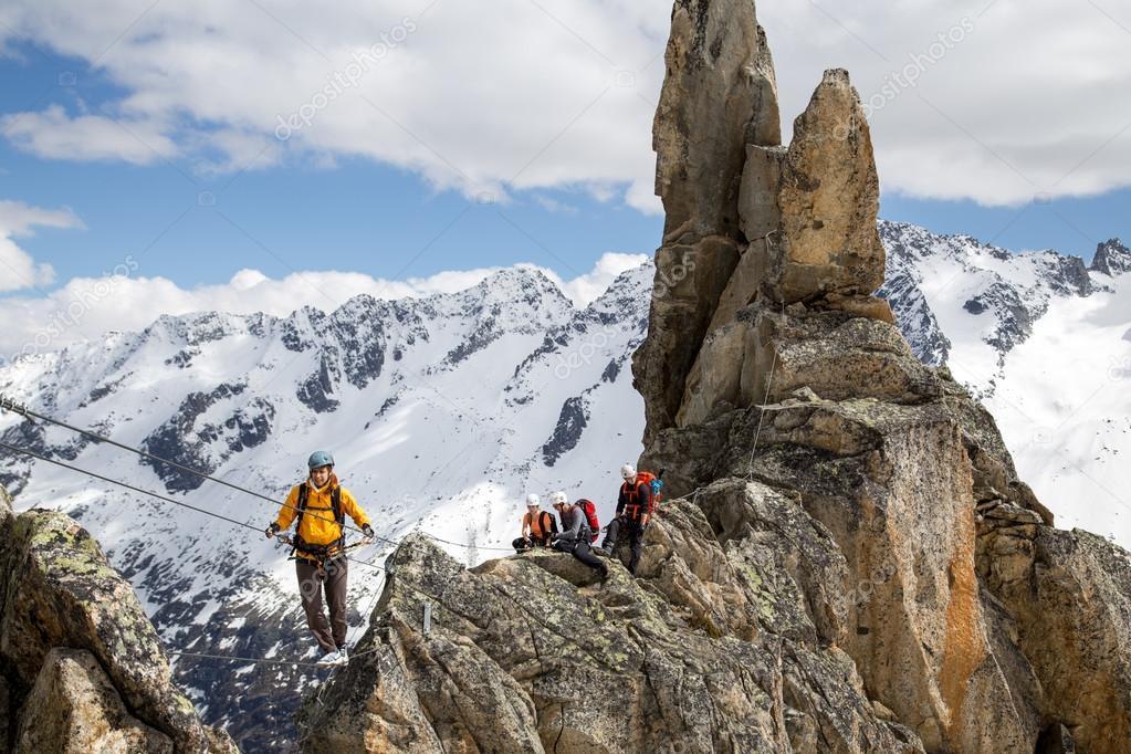 Klettersteig Weibl : Gruppe von bergsteigern am klettersteig in der schweiz