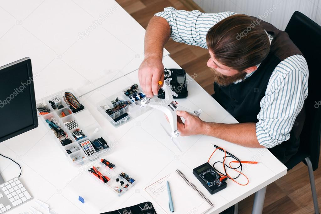 Banco Da Lavoro Per Elettricisti : Vista superiore sul posto di lavoro elettricista con strumenti
