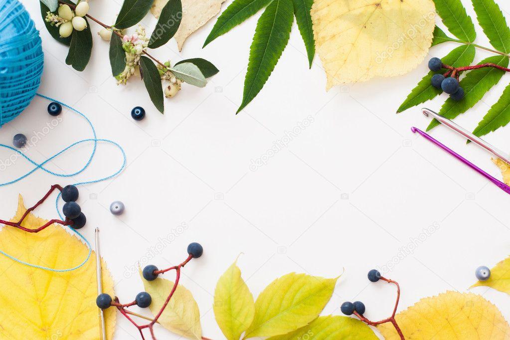 Marco de hojas y accesorios, espacio libre de ganchillo — Fotos de ...