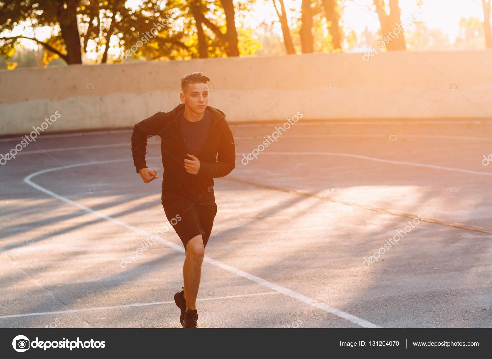 Jog De Noite De Atleta Profissional Luz Do Sol Stock