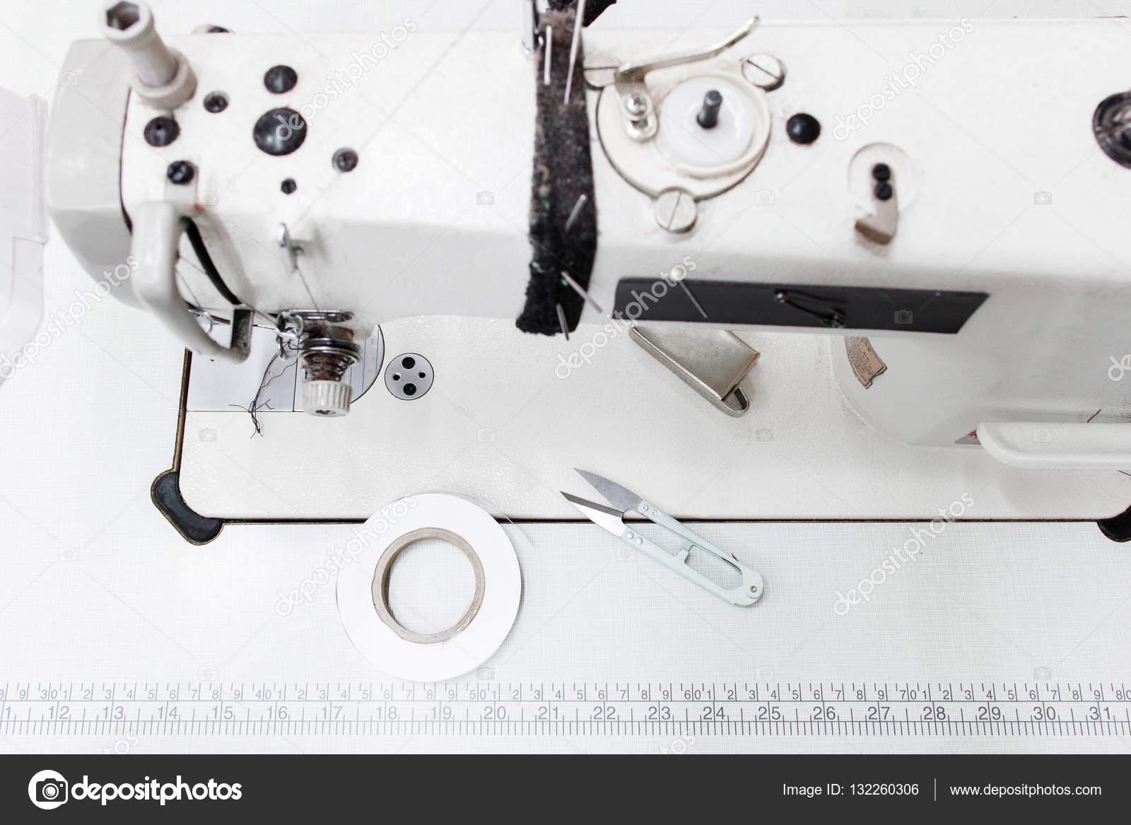 Máquina de coser con vista superior de herramientas, espacio libre ...