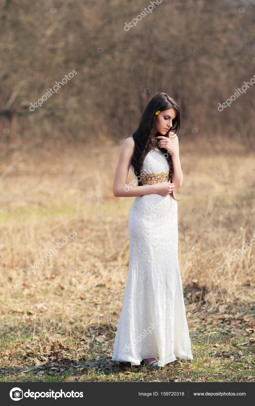 Geflochtene Braut im weißen Kleid auf Hochzeit Fotoshooting ...